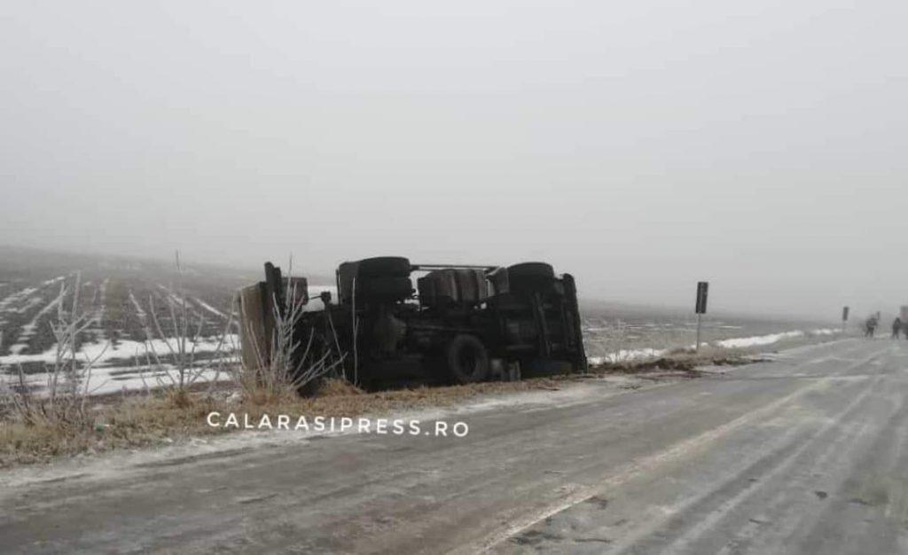 Accident rutier pe DJ 403. O cisternă încărcată cu GPL s-a răsturnat