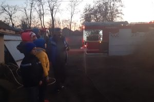 O locuință din Vâlcelele a fost mistuită de flăcări. Primarul Nelu Tatu le-a oferit ajutor și o locuință provizorie